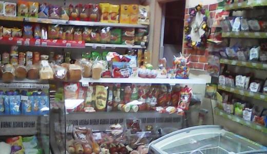 Продуктовый магазин в оживлённом месте