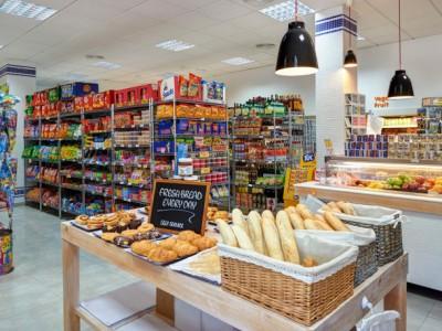 Известный минимаркет в собственности на первой линии